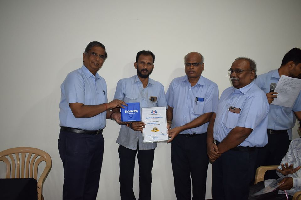 employee prize and certificate distribution